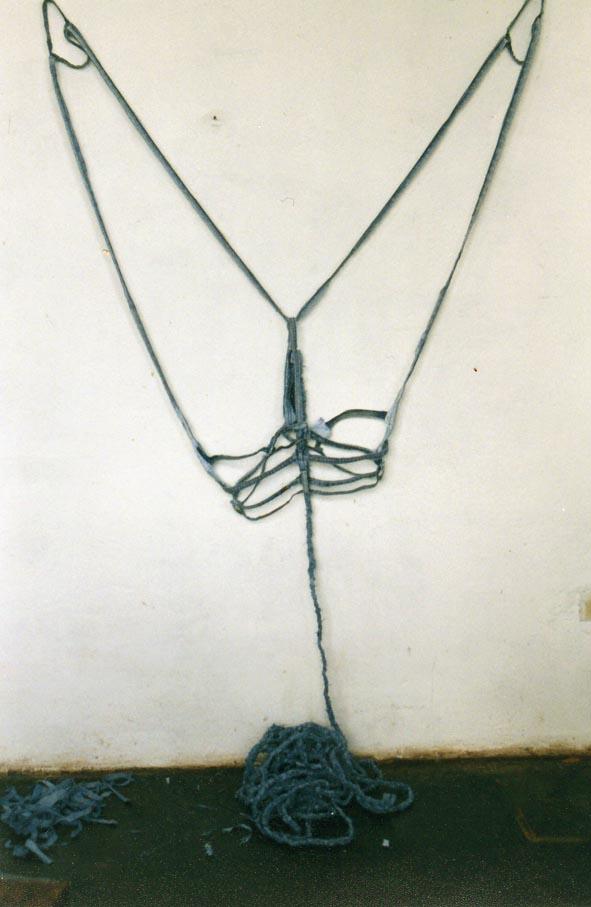 tela ropa instalación libro-arte